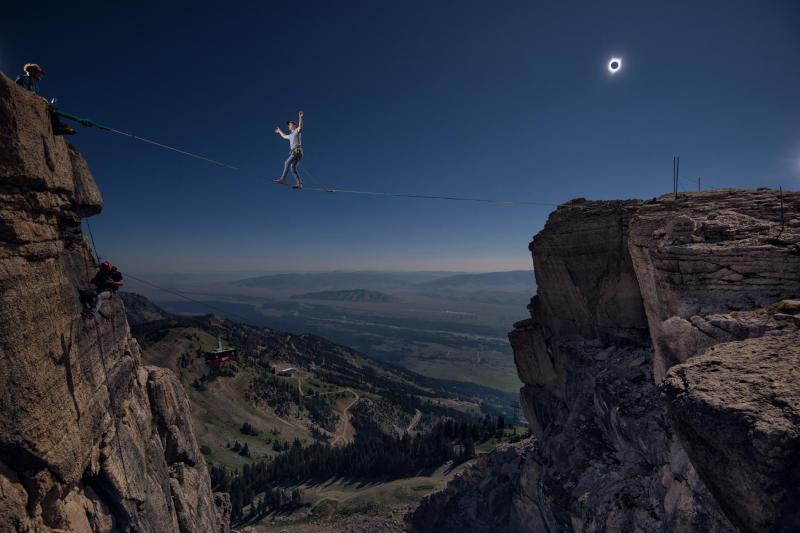01-eclipse-slack-line-keith-ladzinski.adapt.1900.1
